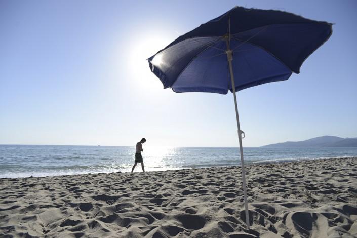 Sonnenschirm am Strand von Velia, Cilento, Kampanien, Italien