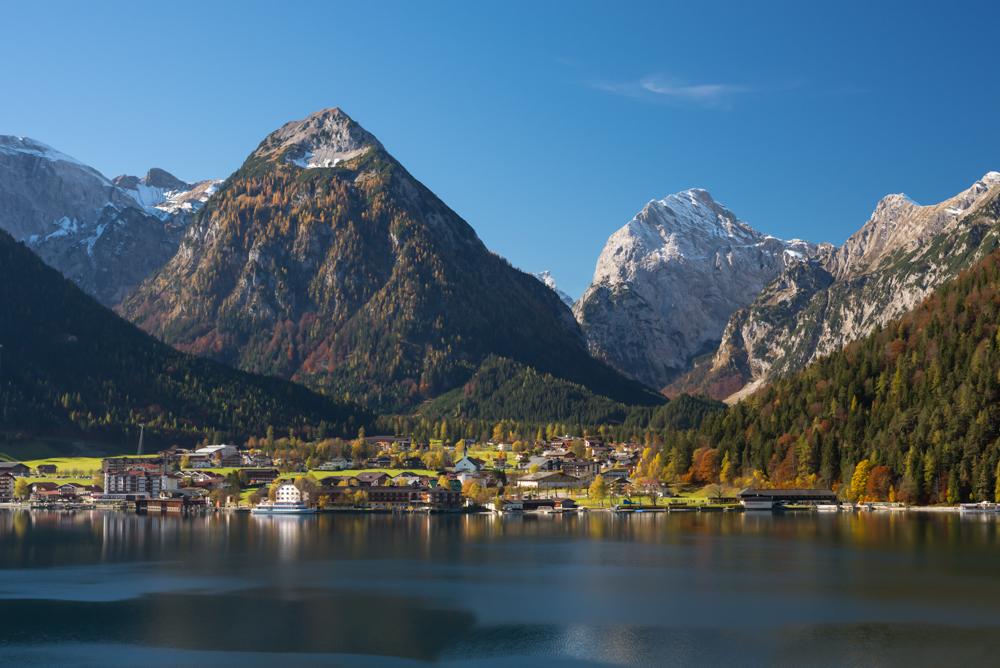 Pertisau am Achensee im bunten Herbstkleid, Tirol, Österreich