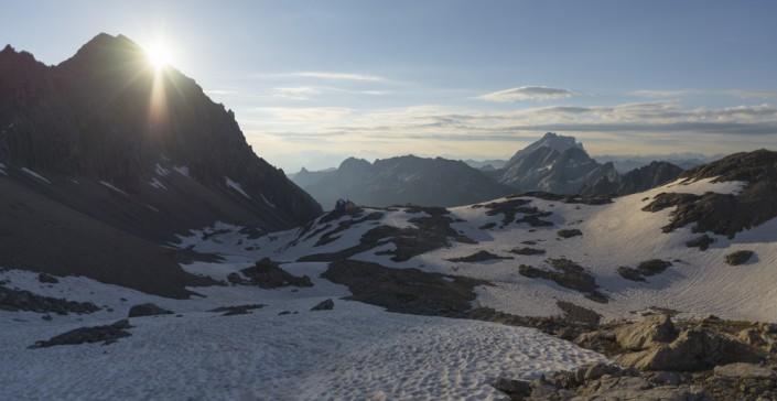 Sonnenaufgang über der Totalphütte im Rätikon, Vorarlberg, Österreich