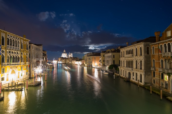 Auf der Accademia-Brücke über dem Canal Grande bei Nacht, Venedig, Italien