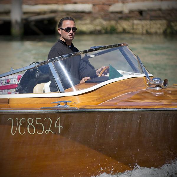 Bootstaxifahrer auf dem Canal Grande, Venedig, Italien