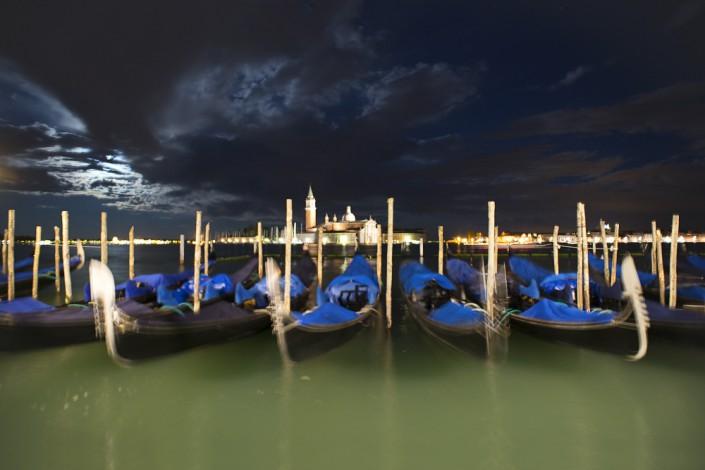 Vollmond über San Giorgo und Gondeln an der Riva dei Schiavoni, Venedig, Italien