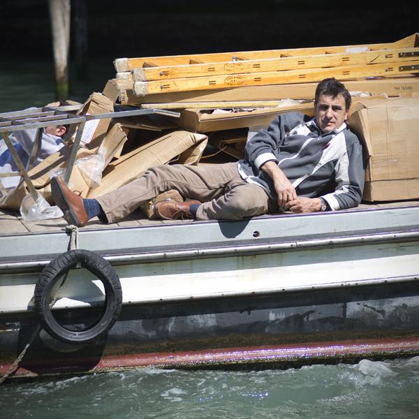 Arbeiter auf einem Frachtkahn auf dem Canal Grande, Venedig, Italien