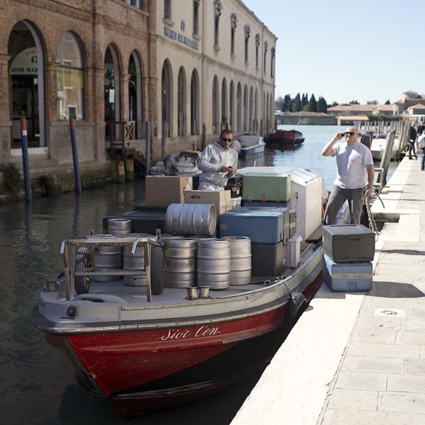 Arbeiter auf einem Lastkahn in Murano, Venedig, Italien