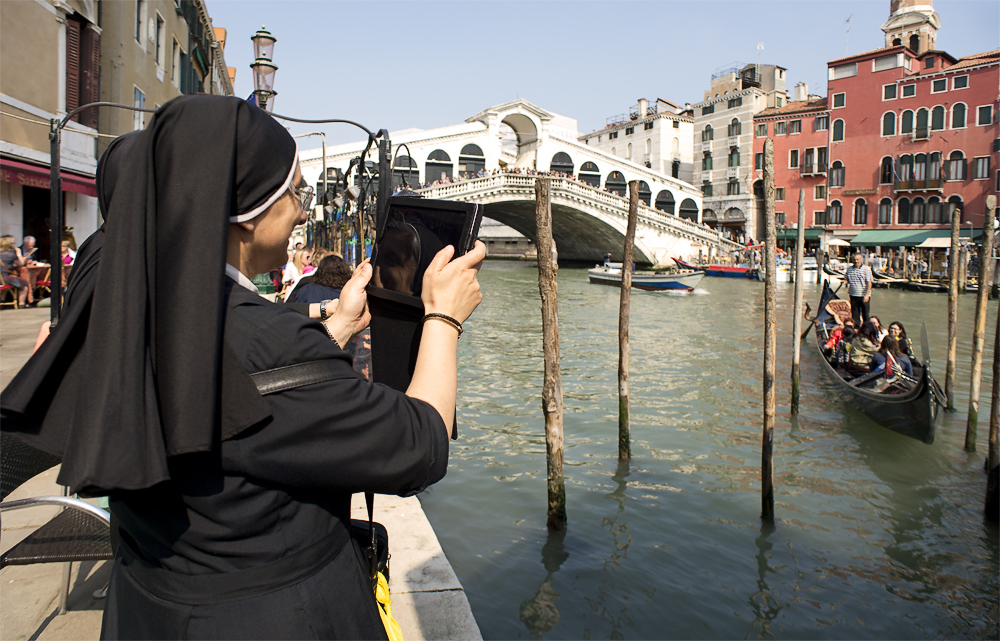 Pilger vor der Rialtobrücke in Venedig