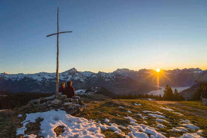 Vom Hüttlisboden über dem Walensee beobachten wir den Sonnenuntergang über den Glarner Alpen