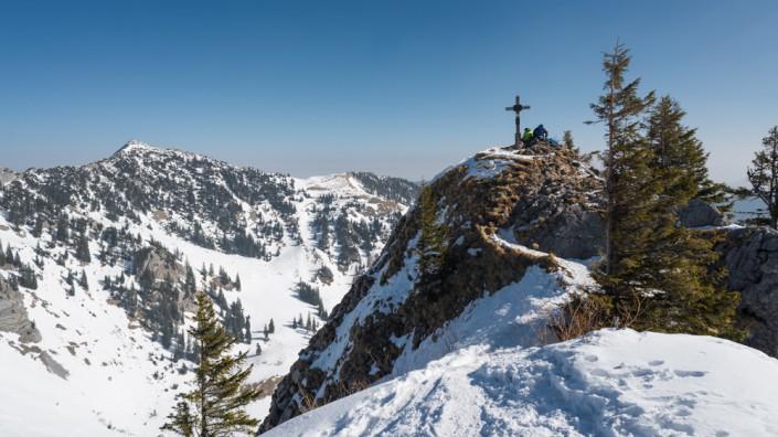 Skitourengeher rasten am schneebedckten Gipfel des Rauhkopf,Bayern