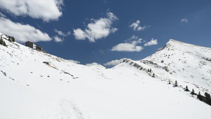 Die Tölzer Hütte am schneebeckten Delpsjoch im Karwendelgebirg