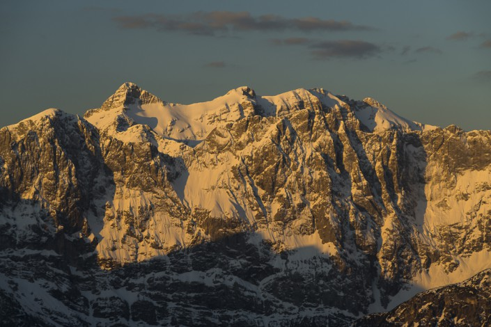 Der Sonnenaufgang lässt die schneebedeckten Gipfel von Birkkarspitze und Ödkarspitze im Karwendelgebirge erstrahlen,Tirol,Österreich