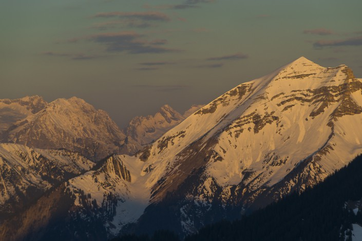 Die schneebedeckte Soiernspitze im Karwendel vor dem Wettersteingebirge bei Sonnenaufgang
