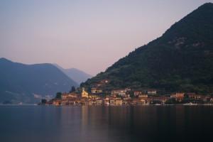 Die bunten Häuser von Peschiera Maraglio am Ufer der Insel Monte Isola im Iseo-See,Lombardei,Italien