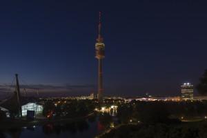 Olympiaturm und Olympiaschwimmhalle, BMW Welt, BMW Hochaus in der Abenddämmerung