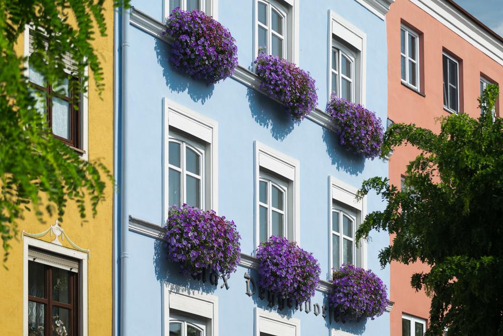 Mittelalterliche Häuserfassaden in der Altstadt von Wasserburg am Inn leuchten in der Sonne,Bayern,Deutschland