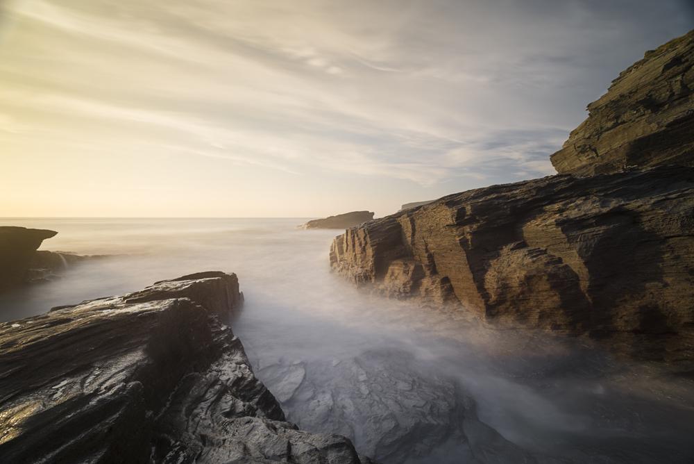 Felsenküste mit Meeresbrandung am Strandzugang zum Trebarwith Strand, Cornwall, Grossbritannien