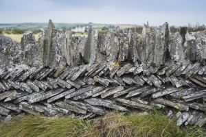 Aufgeschichtete Schieferplatten von Steinmauern am Wanderweg der cornischen Küste bei Tintagel, Cornwall, UK