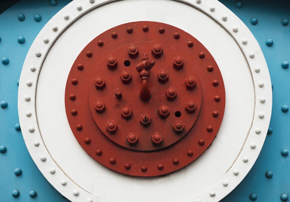 Farbig verzierte Vernietung zweier Kettenelemente aus Stahl an der Tower Bridhe über die Theme in London