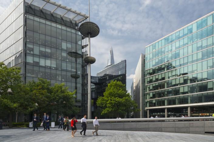Blick von der London Riverside auf die Bürogebäude und den Wolkenkratzer The Shard in London