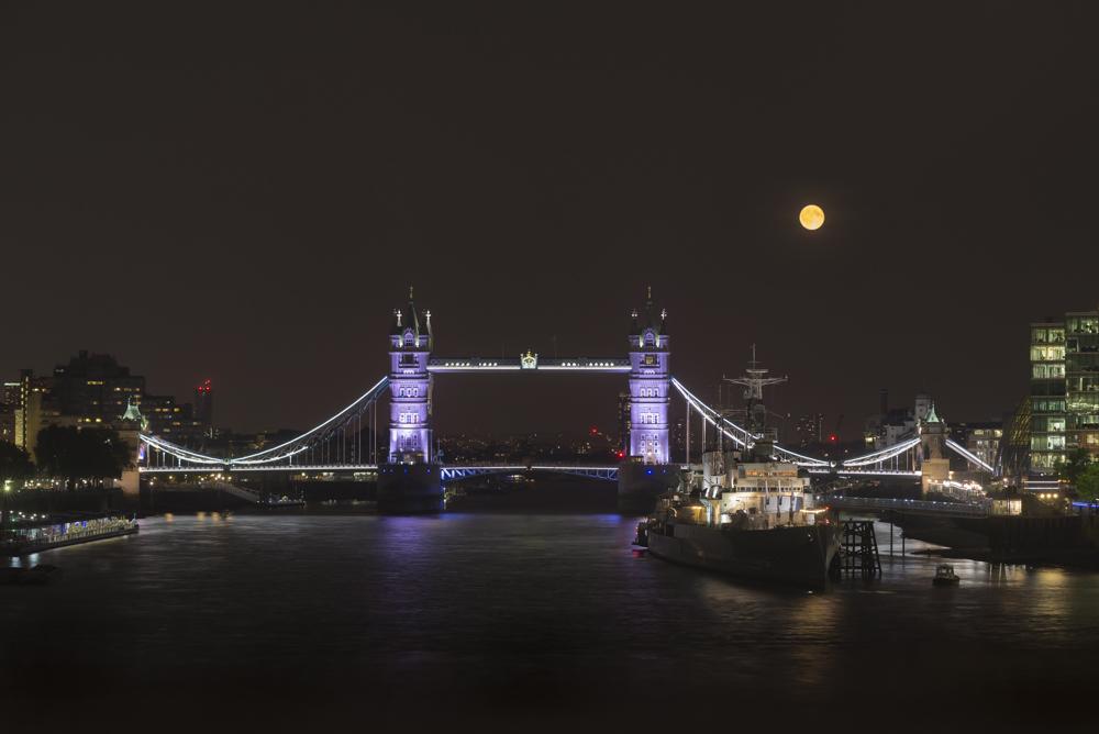 Vollmond über der Tower Bridge und der Themse, London, Grossbritannien