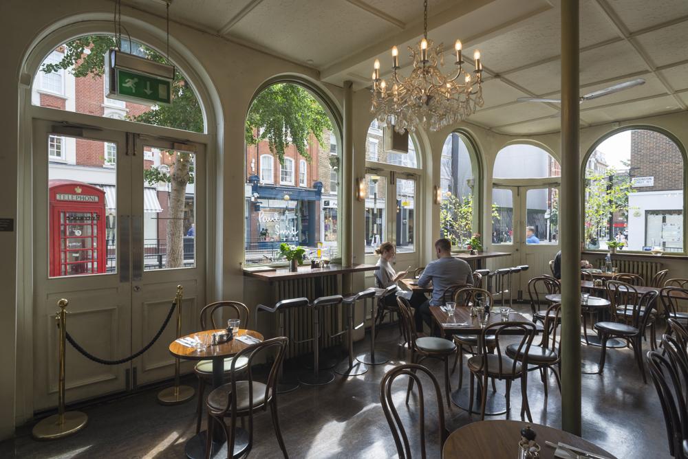 Im Coco Momo Cafe in der Marylebone High Street, London, Grossbritannien