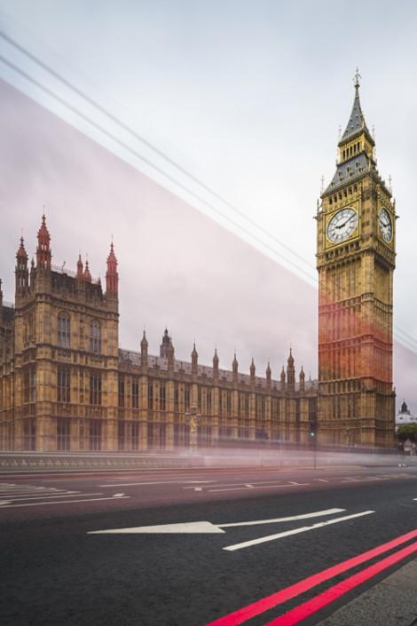 Streifen von vorbeifahrenden roten Doppeldeckerbusse vor Big Ben und dem Parlamentsgebäude, London, Grossbritannien