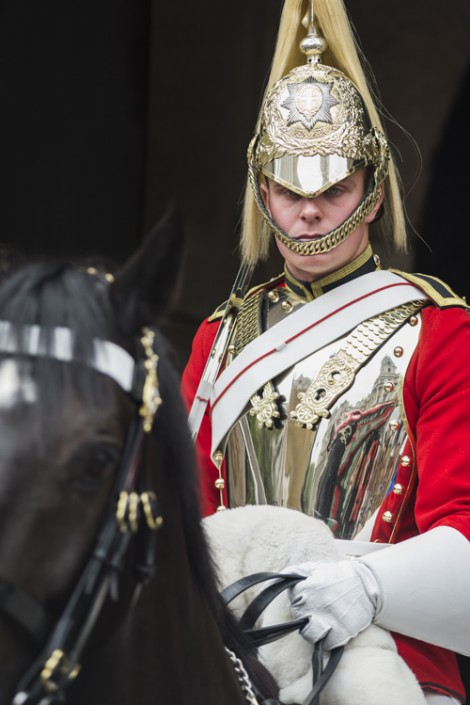 Portrait eines berittenen Wachsoldaten des Household Cavalry Mounted Regiment am Horse Guards Gebäude in London