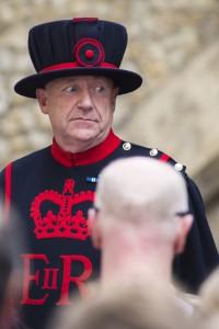 Yeomen Warder Wachsoldat während einer Touristenführung durch den Tower of London