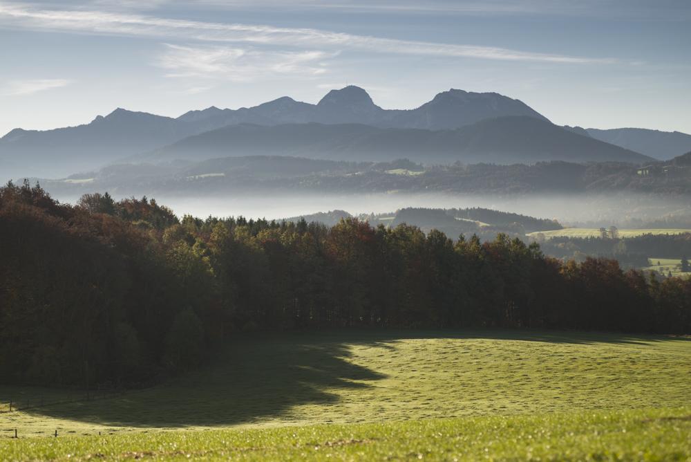 Dunst und Nebel über dem herbstlichen bayrischen Oberland mit dem Wendelstein vom Irschenberg in der Morgensonne, Bayern, Deutschland
