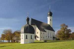 Die barocke Wilpartinger Wallfahrtskirche im Herbst in der Morgensonne, Bayern, Deutschland