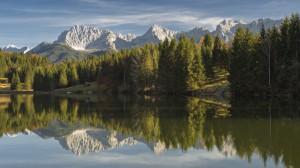Spiegelung der nördlichen Karwendelkette im Geroldsee im bunten Herbst, Bayern, Deutschland
