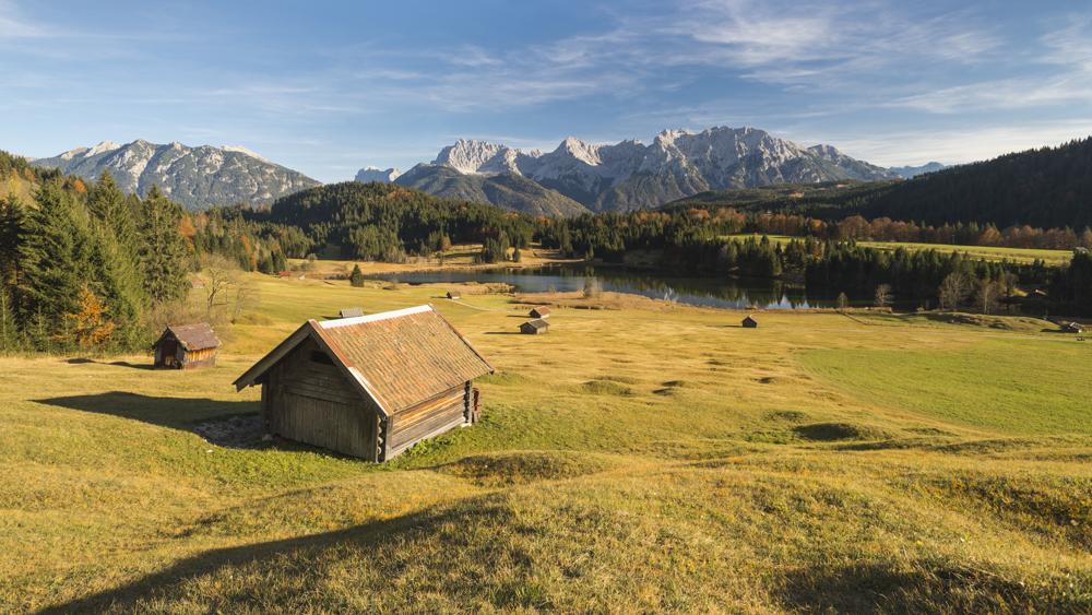 Der Geroldsee und das Karwendel umgeben von bunten Wiesen und le