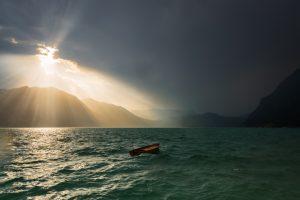 Gewittersturm zieht auf am Iseosee, Lombardei, Italien