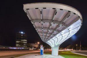 Futuristische Architektur einer Elektrotankstelle für Elektroautos bei der BMW Welt in München bei Nacht