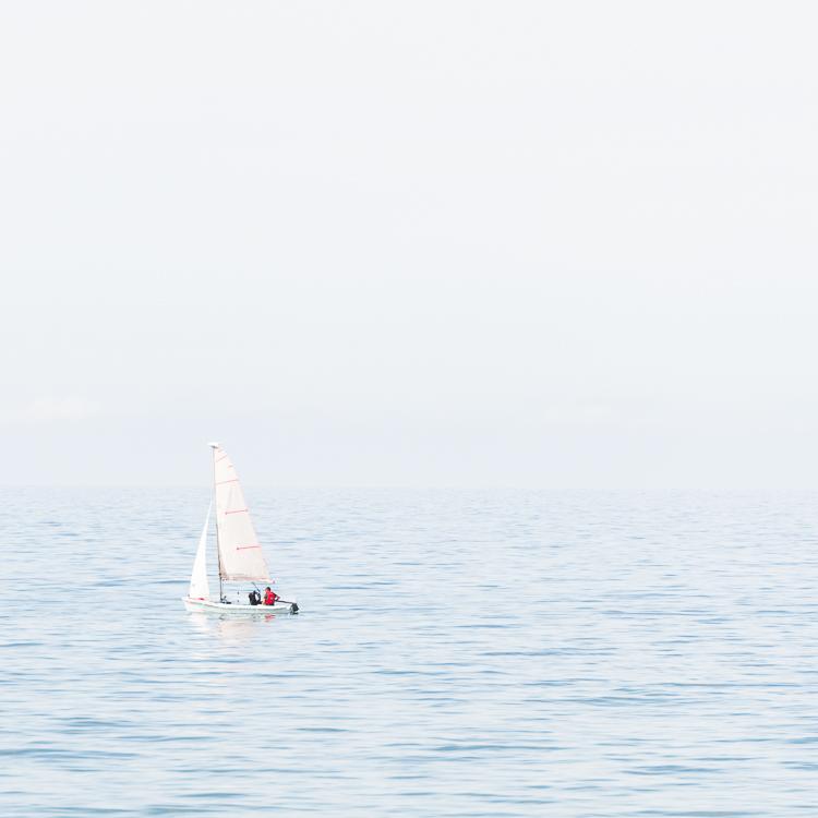 Segeljacht auf der ruhigen Oberfläche der Ostsee an der Küste der Insel Hiddensee, Deutschland