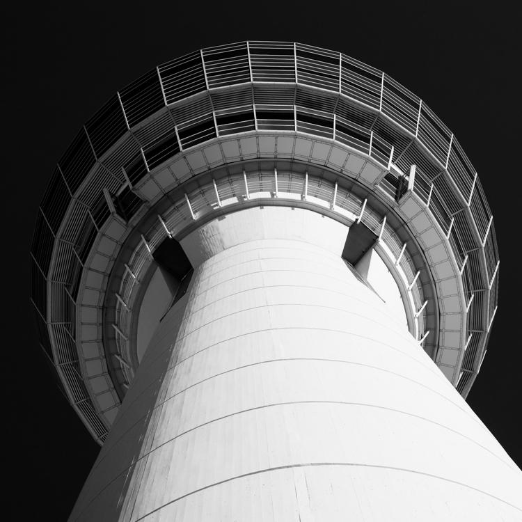 Kanzel des Kontrollturm am Flughafen München in der Morgensonne