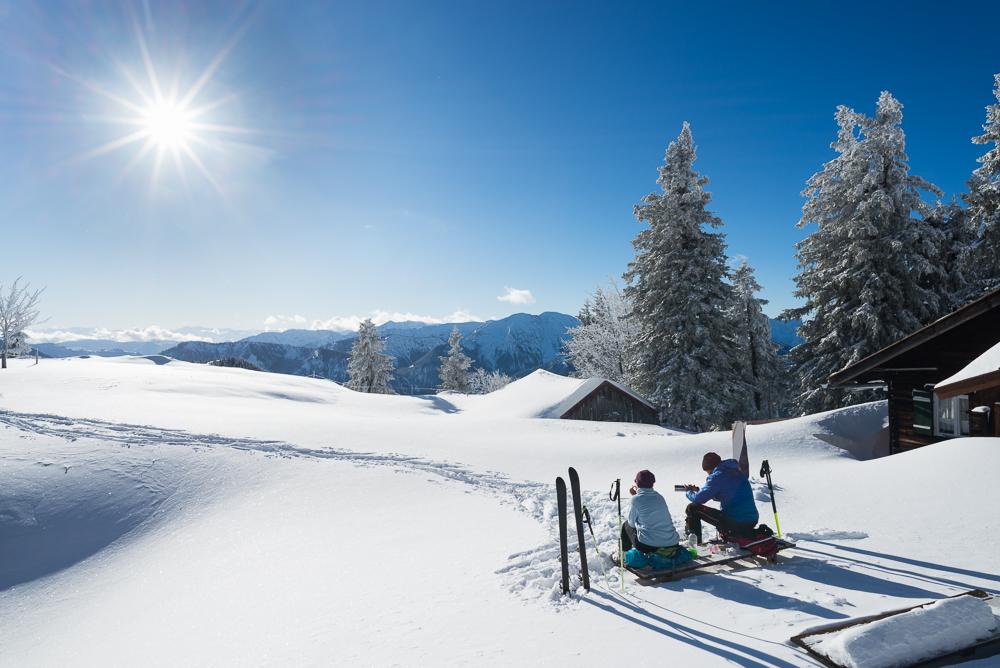Skitourengeher rasten an der Hubertushütte unterhalb des Gipfel des Breitensteins, Bayern