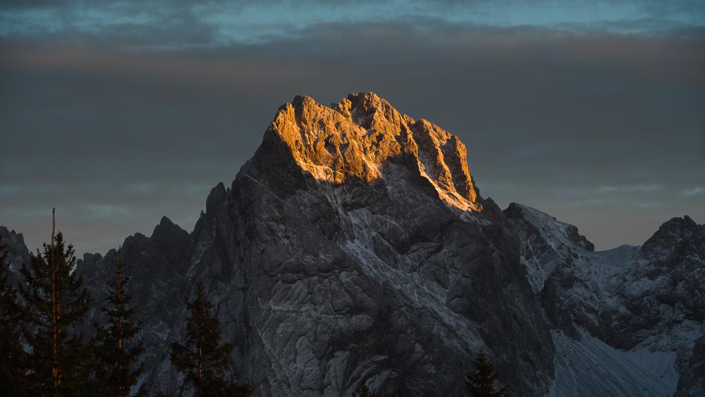 Die Gipfel von Kleine Halt, Gamshalt und Ellmauer Halt im Kaisergebirge leuchten in der Abendsonne, Vorderkaiserfeldenhütte, Tirol, Österreich