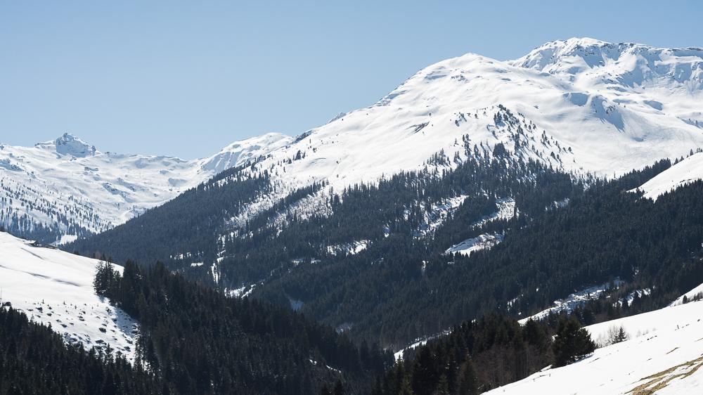 Blick von der Schellenberg-Alm auf das Skitorengelände des Sonntagsköpfl (rechts, 2.224 m), dahinter der Gilfert