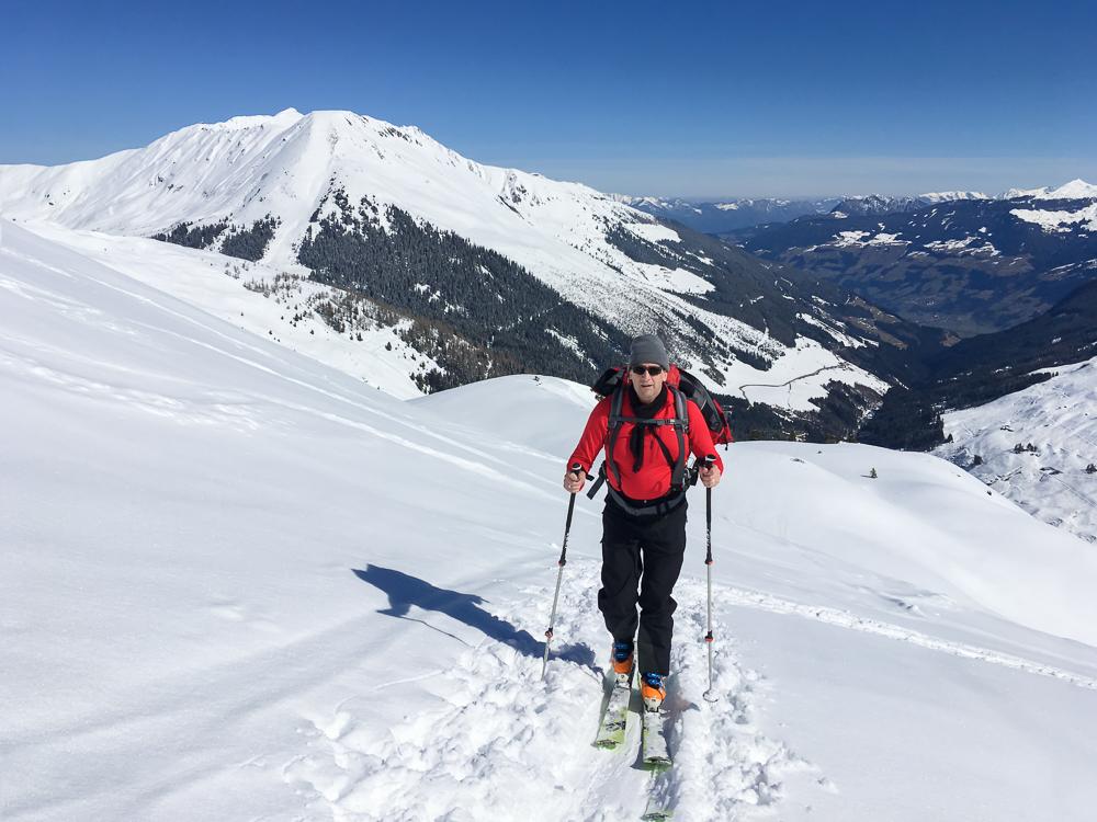 Aufstieg mit Ski auf das Sonntagsköpfl (2.224 m) in Hochfügen, Zillertal, Österreich