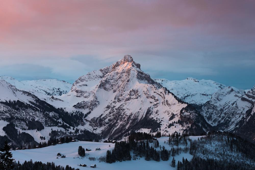 Der Mürtschenstock am Walensee leuchtet im Zwielicht bei Sonnenaufgang, Glarner Alpen, Schweiz