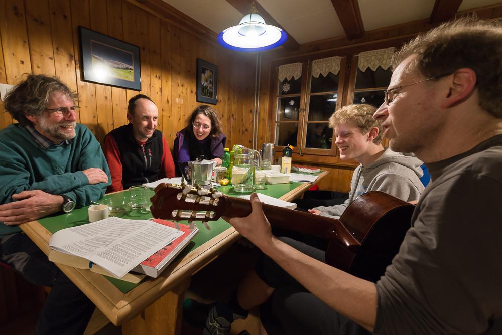 Gesellige abendliche Runde im Naturfreundehaus Tscherwald, Amden am Walensee, Schweiz