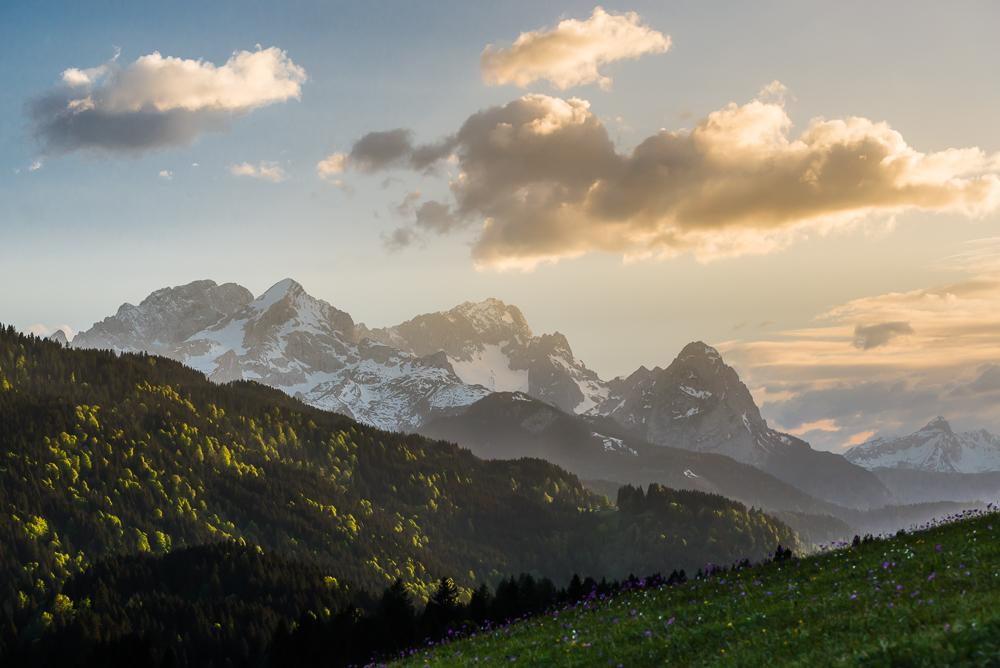 Alpspitze, Zugspitze und Waxenstein kurz vor Sonnenuntergang, Bayern, Deutschland