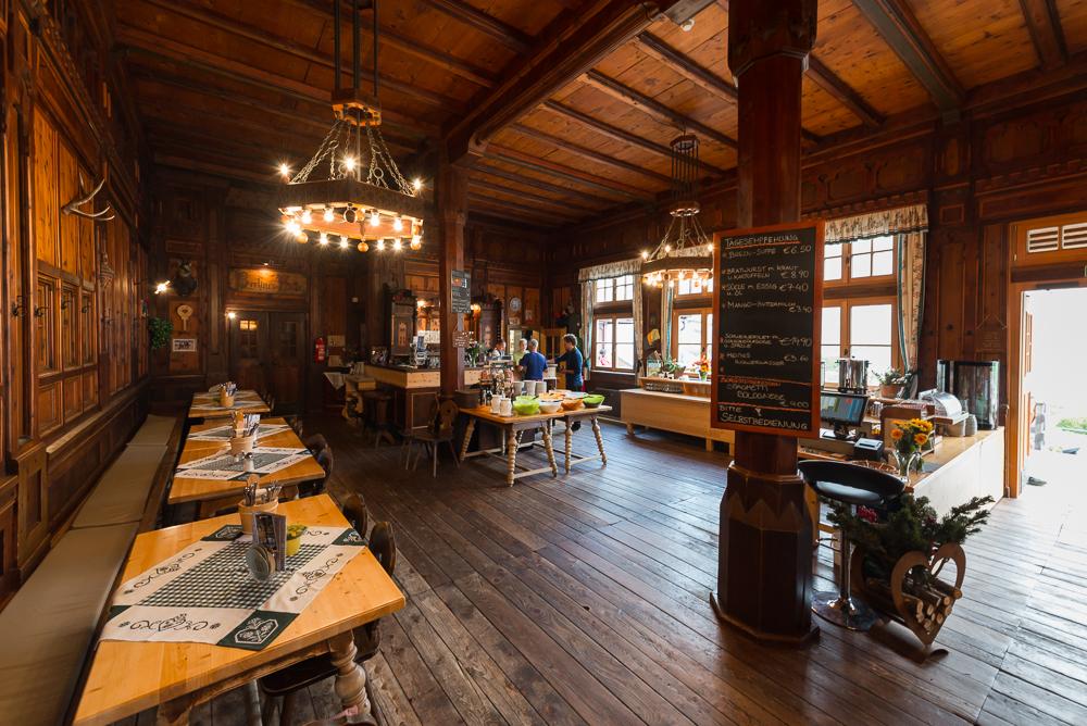 Prunkvoller Speisesaal der denkmalgeschützten Berliner Hütte im Zillertal