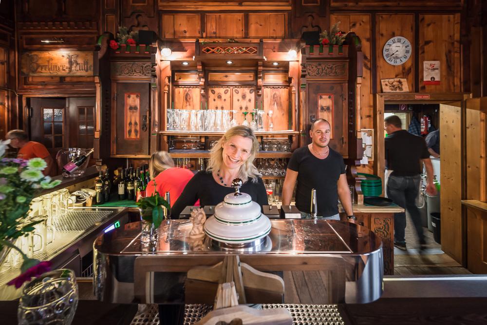 Mitarbeiter des Teams der Berliner Hütte an der prunkvollen Theke im Speisesaal