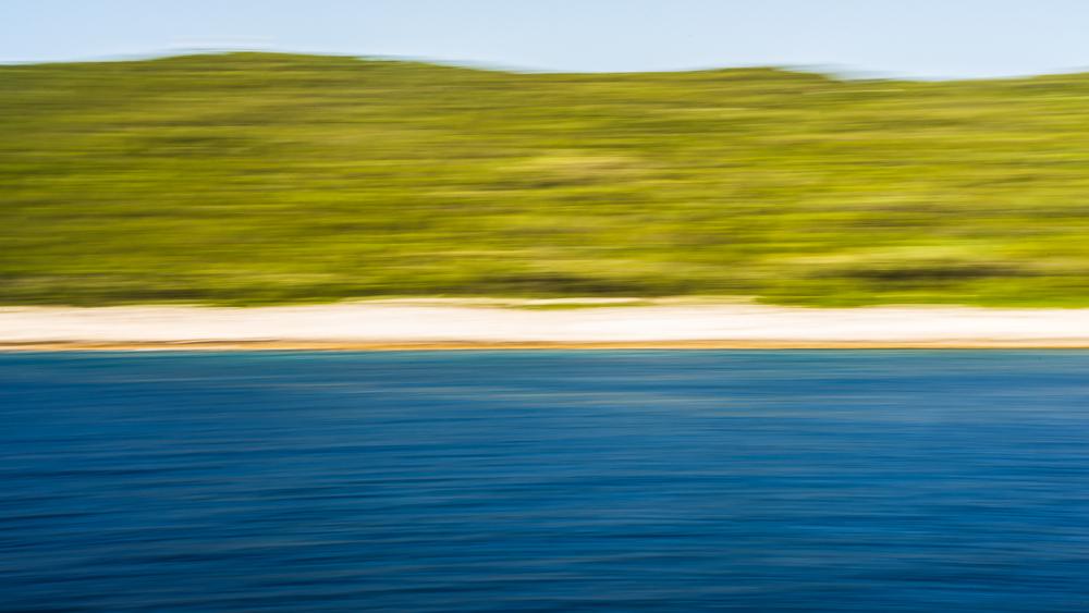 Küste der Insel Premuda, von der Fähre gesehen