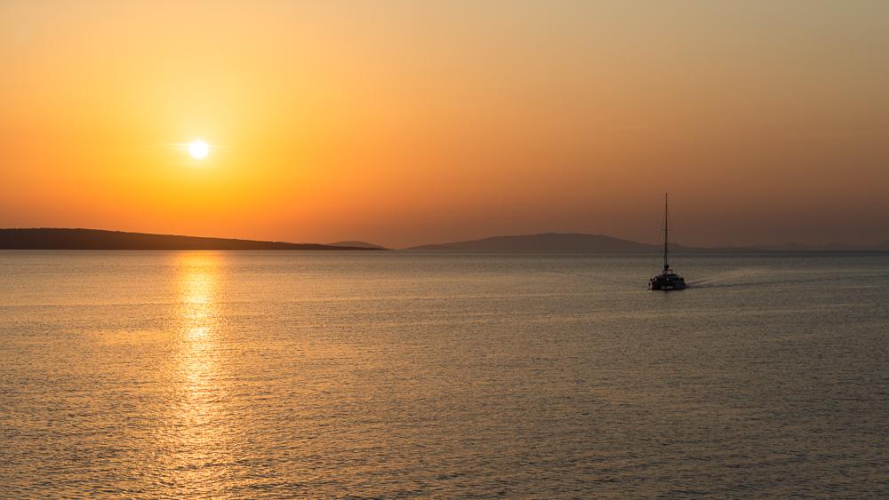 Yacht auf dem Meer zwischen den Inseln der Kvarner Bucht und dem Archipel von Zadar vor der untergehenden Sonne, Kroatien
