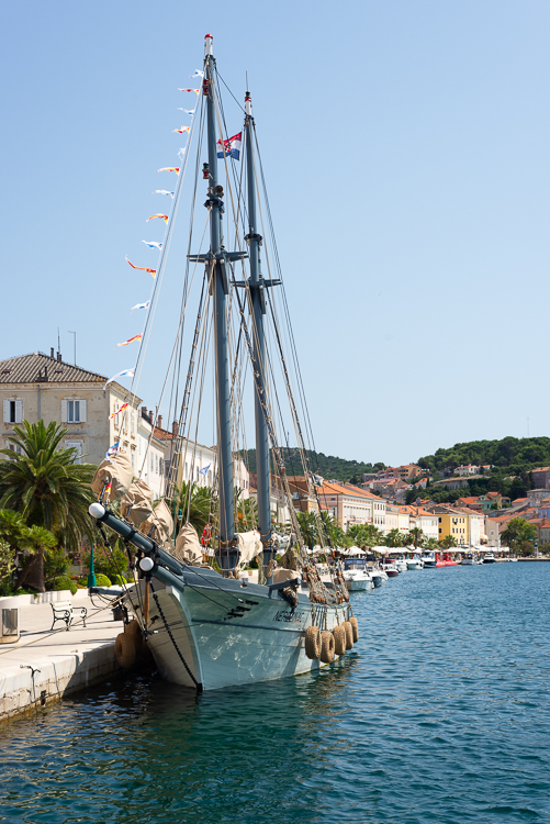 """Das restaurierte traditionelle Frachtschiff Lošinjski Loger """"Nerezinac"""" liegt im Hafen von Mali Lošinj vor Anker, Insel Lošinj, Kvarner Bucht, Kroatien"""