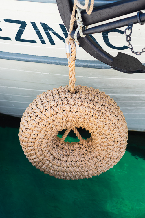 """Fender aus geflochtenem Tauwek am Rumpf des restaurierten traditionellen Frachtschiffs Lošinjski Loger """"Nerezinac"""" im Hafen von Mali Lošinj vor Anker, Insel Lošinj, Kvarner Bucht, Kroatien"""