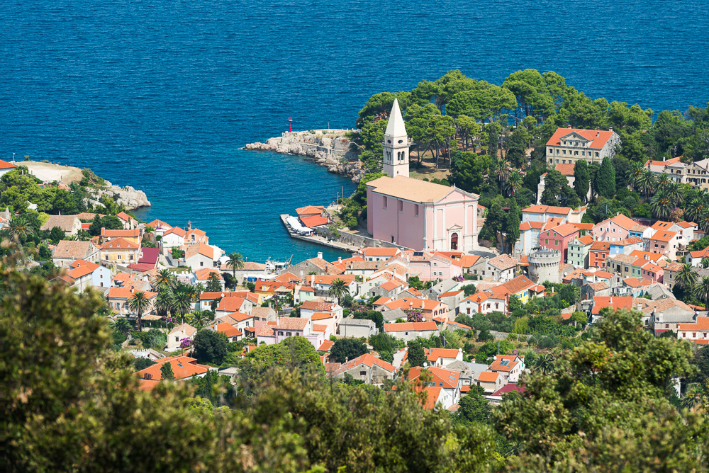 Blick von St. Ivan auf die Altstadt des Küstenstädtchen Veli Lošinj mit der Kirche S. Antonio Abate, Lošinj, Kvarner Bucht, Kroatien