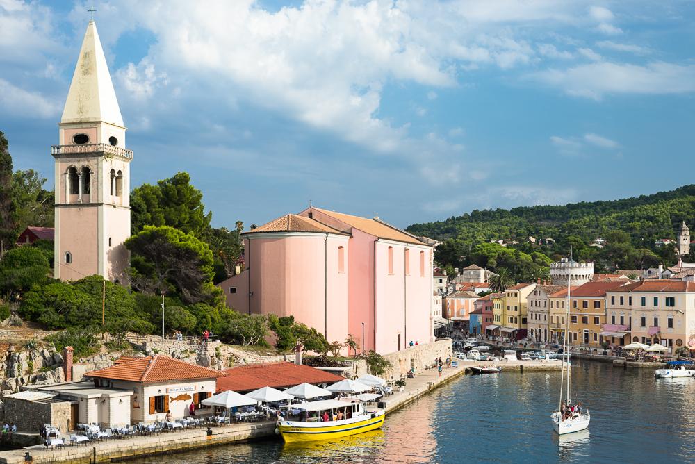 Hafen und Altstadt des Küstenstädtchen Veli Lošinj mit der Kirche S. Antonio Abate, Lošinj, Kvarner Bucht, Kroatien