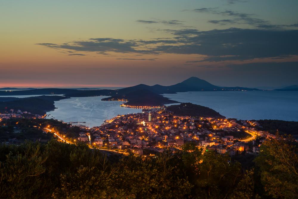 Die Hafenstadt Mali Lošinj und die Insel Lošinj mit der Osoršćica Bergkette nach Sonnenuntergang, Lošinj, Kvarner Bucht, Kroatien